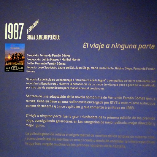 """Rótulo sobre El viaje a ninguna parte, de la exposición """"Viaje al cine español 1987-2011. 25 años de los Premios Goya"""""""