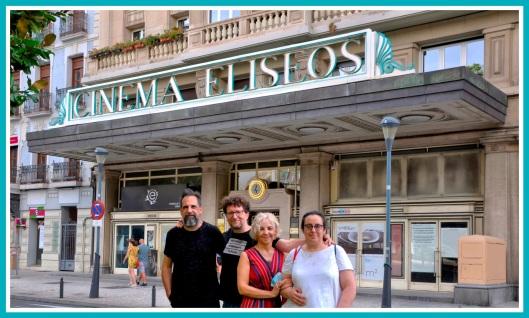 Salvemos el Eliseos-Asociación ante fachada cine-2021-Foto Atmosferacine