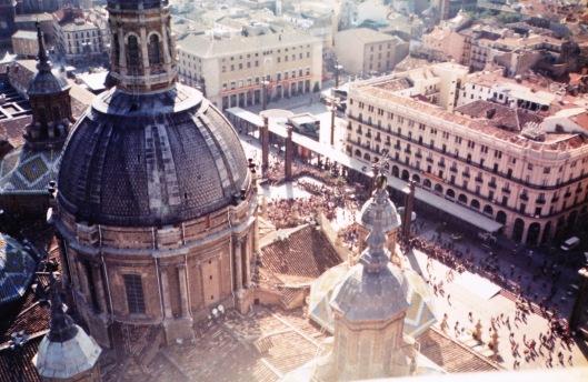 Rodaje-1996-Salida Misa 12 Pilar Zaragoza-Foto de Javier Gamarra